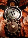 Knappar som staplas på träbröstkorgleksakhantverket Royaltyfri Bild
