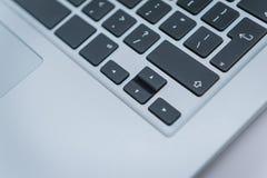 knappclosen skriver in upp den green markerade tangentbordbärbar dator Royaltyfri Fotografi