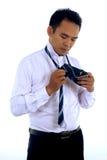 Knappe aantrekkelijke jonge Aziatische zakenmanvulling, die band maken Royalty-vrije Stock Afbeelding