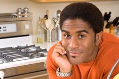 Knappe Afrikaans-Amerikaanse mens in keuken Royalty-vrije Stock Afbeelding