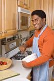 Knappe Afrikaans-Amerikaanse mensenkoks in keuken Stock Afbeeldingen