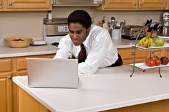Knappe Afrikaans-Amerikaanse zakenman in keuken Royalty-vrije Stock Fotografie