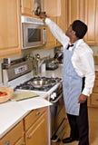 Knappe Afrikaans-Amerikaanse zakenman in keuken Stock Foto