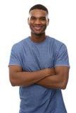 Knappe Afrikaanse Amerikaanse mens die met gekruiste wapens glimlacht Royalty-vrije Stock Afbeeldingen