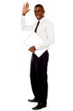 Knappe Afrikaanse zakenman golvende hand stock fotografie