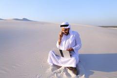 Knappe Arabische kerelonderneemster die partner roepen sitt stock foto's