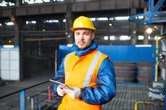 Knappe Arbeider die Digitale Tablet gebruiken royalty-vrije stock afbeelding
