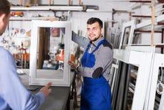 Knappe arbeiders met verschillende pvc-vensters royalty-vrije stock afbeeldingen