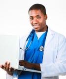 Knappe arts die aan laptop werkt royalty-vrije stock afbeeldingen