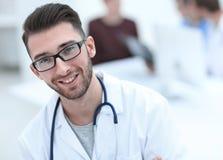 Knappe arts op vage achtergrond stock afbeeldingen