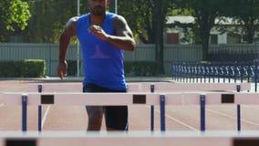 Knappe atleet die gemakkelijk hindernissen overwinnen die succes, betekenis bereiken van doel stock video