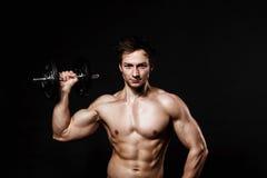 Knappe atletische mens met domoren die vol vertrouwen vooruit eruit zien Stock Foto