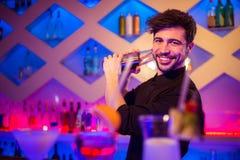 Knappe barkeeper die cocktail voorbereiden royalty-vrije stock afbeelding