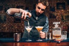 Knappe Barman die professionele cocktails creëren Details van alcoholische dranken en dranken bij bar of bar Stock Afbeeldingen