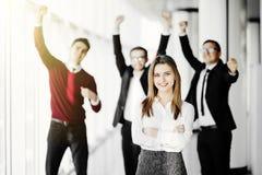 Knappe bedrijfs womanin voorzijde van zijn teamlid die hun voltooiing in bureau vieren royalty-vrije stock foto