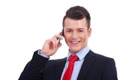 Knappe bedrijfsmens die celtelefoon met behulp van royalty-vrije stock fotografie