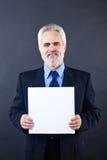 Knappe bedrijfsmens die lege kaart houden Stock Afbeelding