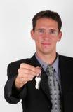 Knappe bedrijfsmens met sleutel Royalty-vrije Stock Fotografie