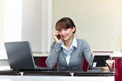 Knappe bedrijfsvrouw met telefoon stock foto
