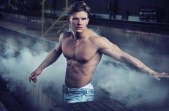 Knappe bodybuilder die jeans draagt Stock Afbeeldingen