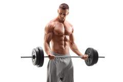 Knappe bodybuilder die met een barbell uitoefenen Royalty-vrije Stock Fotografie
