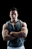 Knappe bodybuilder met gekruiste wapens Royalty-vrije Stock Afbeelding