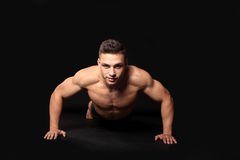 Knappe bodybuildermens Stock Afbeeldingen