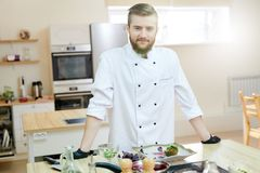 Knappe Chef-kok Posing in Keuken stock foto