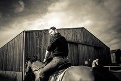 Knappe cowboy, paardruiter op zadel, horseback adn laarzen royalty-vrije stock afbeeldingen