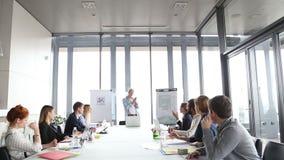 Knappe creatieve directeur die presentatie geven stock video