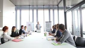 Knappe creatieve directeur op een vergadering met collega's stock videobeelden
