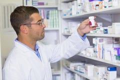 Knappe de geneeskundekruik van de apothekerholding stock foto's