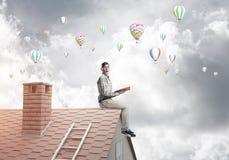 Knappe de lezingsboek en aerostaten die van de studentenkerel in lucht vliegen Royalty-vrije Stock Foto's