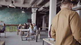 Knappe die mens onlangs op bedrijf in gekomen nieuw kantoor wordt ingehuurd De mannelijke greepdoos met persoonlijke bezittingen, stock footage