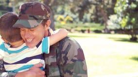 Knappe die militair met zijn zoon wordt herenigd stock footage