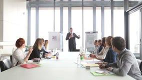 Knappe directeur die presentatie geven aan collega's stock footage