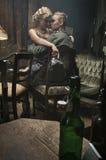 Knappe Duitse militair met blondedame op zijn knieën Royalty-vrije Stock Afbeelding