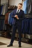 Knappe elegante jonge maniermens in klassiek kostuumkostuum Adverterende foto Stock Foto's