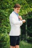 Knappe elegante mens in parc royalty-vrije stock fotografie