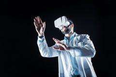 Knappe ernstige wetenschapper die 3d glazen gebruiken Stock Fotografie