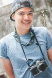 Knappe fotograaf die, Portret van het gelukkige tevreden knappe fotograaf glimlachen ruim terwijl in Thailand glimlachen stock foto