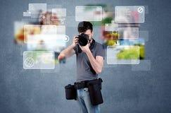 Knappe fotograaf met camera Stock Foto's