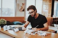 Knappe Freelance Mannelijke Kunstenaar Painting op papier royalty-vrije stock fotografie
