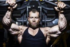 Knappe gebaarde bodybuilding mens stock afbeelding