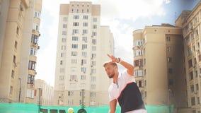Knappe gebaarde sportman die zich met racket in klaar houding bevinden om bal te ontvangen, stock videobeelden