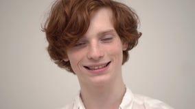 Knappe gember met modieus en kapsel die goed glimlachen kijken stock videobeelden