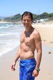 Knappe, geschikte midden oude mens op strand in de zomer Royalty-vrije Stock Foto's