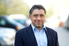 Knappe glimlachende Kaukasische mens stock foto