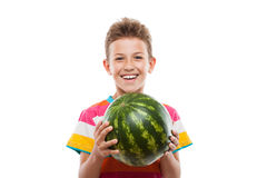 Knappe glimlachende kindjongen die groen watermeloenfruit houden Stock Foto's