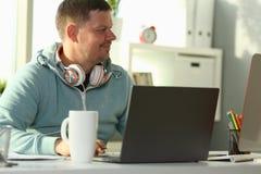 Knappe glimlachende mannelijke student die online gebruiken royalty-vrije stock foto